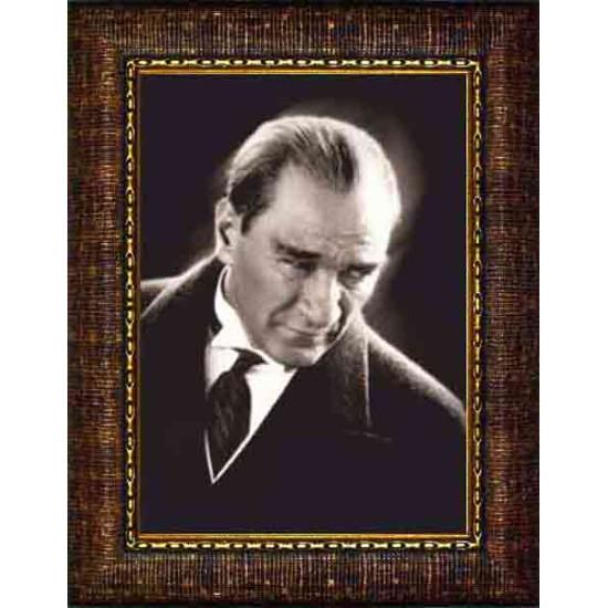 Çerçeveli Kızgın Bakan Atatürk Resmi Siyah-Beyaz Atatürk Portresi Atacrap01d