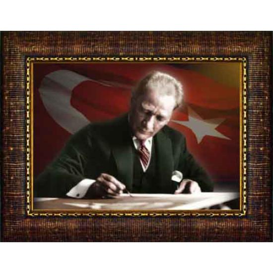 Çerçeveli Masa Başında Yazı Yazan Atatürk Resmi Bayraklı Renkli Atatürk Portresi Atacrap18y