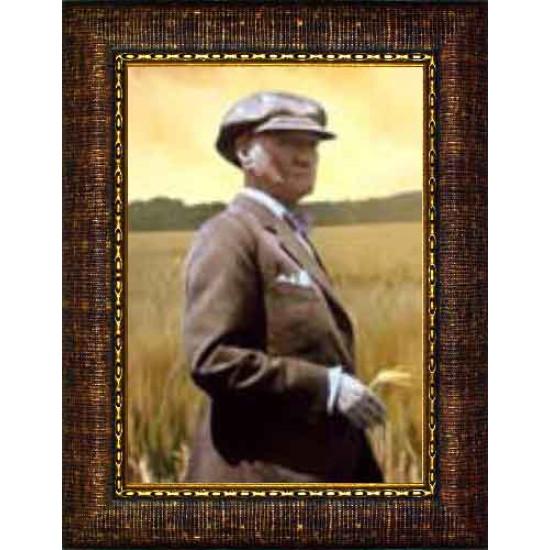 Çerçeveli Tarlada Buğday Başakları Arasında Çiftçi Atatürk Resmi Renkli Atatürk Portresi Atacrap65d