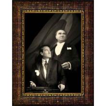Çerçeveli Yanyana İki Atatürk Resmi Bayraklı Siyah-Beyaz Atatürk Portresi Atacrap69d