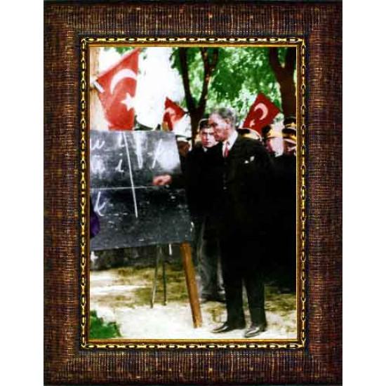 Çerçeveli Alfabe Öğreten Başöğretmen Eğitimci Ayakta Atatürk Resmi Boydan Renkli Atatürk Portresi Atacrap73d
