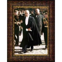 Çerçeveli Cumhuriyet Bayramında Smokinli Yürüyen Atatürk Resmi Boydan Renkli Atatürk Portresi Atacrap88d