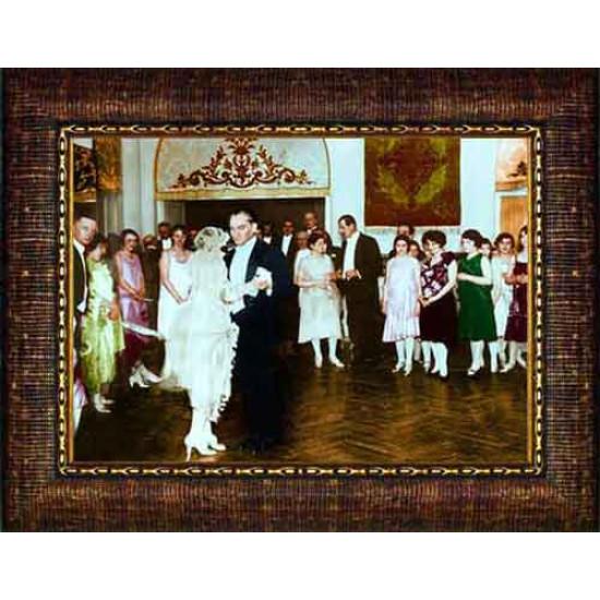 Çerçeveli Cumhuriyet Balosunda Smokinli Dans Eden Atatürk Resmi Boydan Renkli Atatürk Portresi Atacrap92y