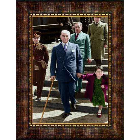 Çerçeveli Ülkü Çocuk Elini Tutarak Yürüyen Atatürk Resmi Boydan Renkli Atatürk Portresi Atacrap93d