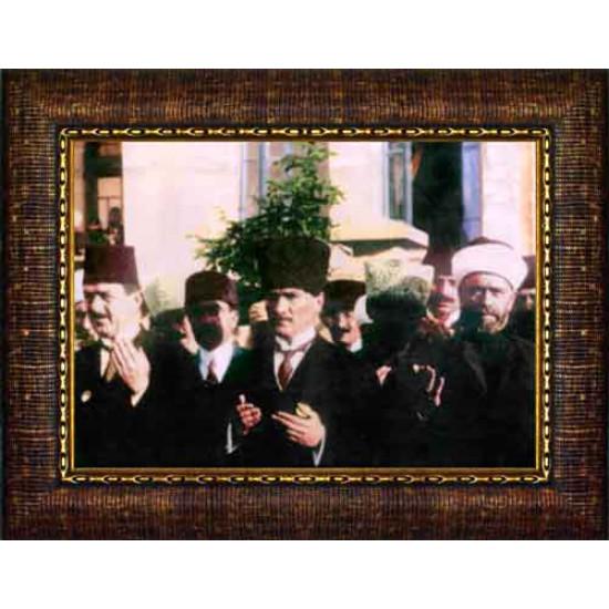 Çerçeveli Cuma Günü Meclis Çıkışı Dua Eden Atatürk Resmi Renkli Atatürk Portresi Atacrap95y