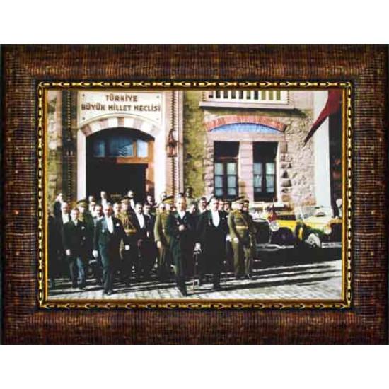 Çerçeveli TBMM Önünde Meclisten Çıkan Atatürk Resmi Renkli Atatürk Portresi Atacrap96y