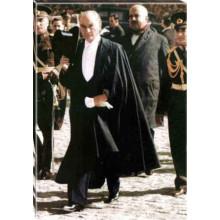 Kanvas Cumhuriyet Bayramında Smokinli Yürüyen Atatürk Tablosu Boydan Renkli Atatürk Portresi Atatrap88d