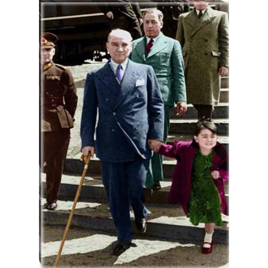 Kanvas Ülkü Çocuk Elini Tutarak Yürüyen Atatürk Tablosu Boydan Renkli Atatürk Portresi Atatrap93d